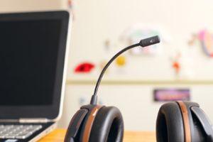 Headset neben Laptop auf Schreibtisch